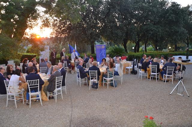 Un momento della serata conviviale a Villa Viviani