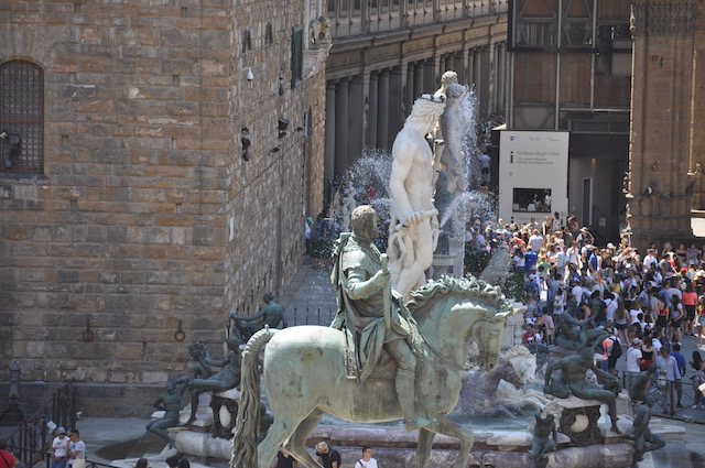 La testa di Cosimo I Medici è rivolta verso gli Uffizi