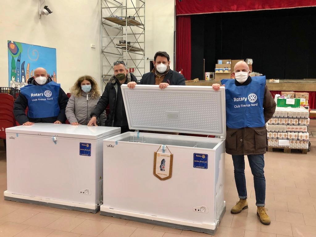 La consegna dei congelatori alla Caritas dell'Isolotto a Firenze