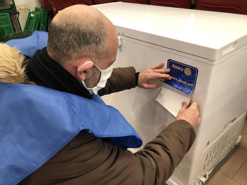 La consegna dei congelatori alla Caritas parrocchiale dell'Isolotto a Firenze